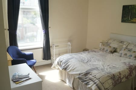 Large bright warm double room; 10 mins from city - Sheffield