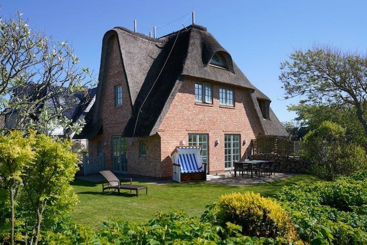 """Exquisite Holiday Home """"Reethüs 5b"""" only a Short Walk from the Beach with Wi-Fi, Sauna, Terrace & Garden; Parking Available"""