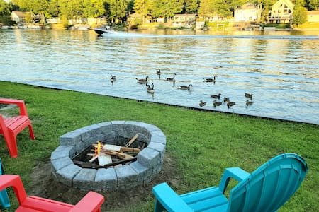 Cottage with river view & minutes away from beach