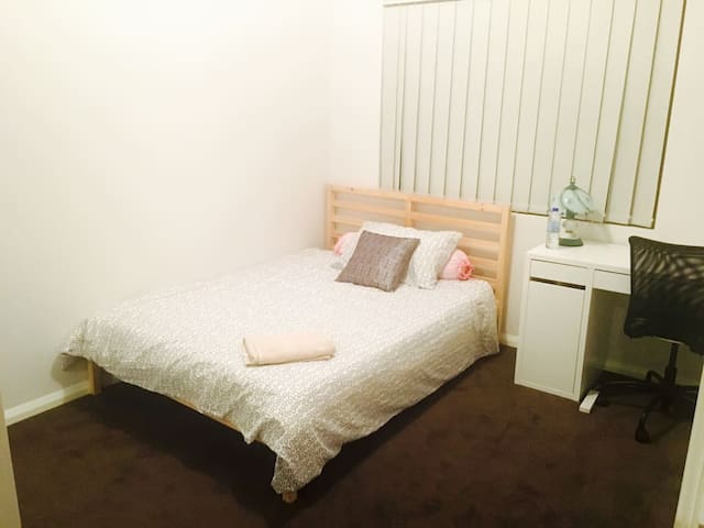 Spacious Bedroom, quiet and nice (Room 1) - Cloverdale
