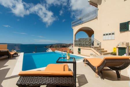 Poolside 2 BDRM flat w/ sea view - Okrug Gornji - Appartement