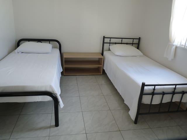 Appartement A slaapkamer 3 met airco en 2 - 1 persoons bed met nachtkastje