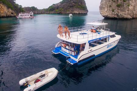 Private motor catamaran Phuket - Tambon Wichit - Barca