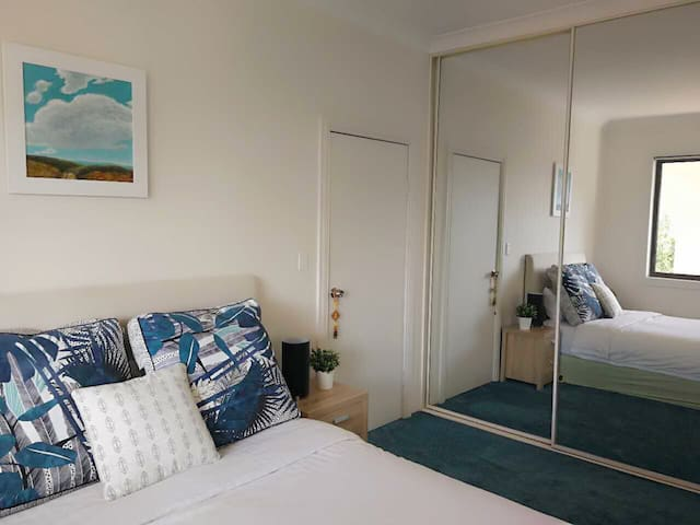★ Lovely Private Queen Room, 5 min walk to beach ★