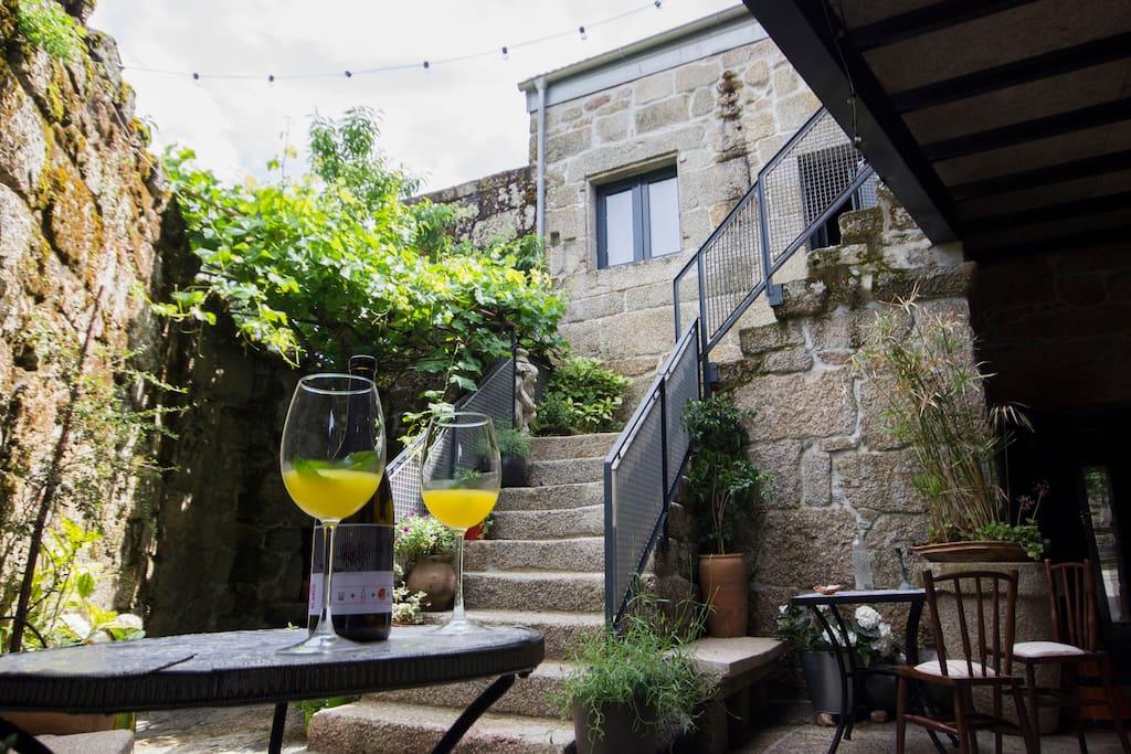 Casa frente a spa y monasterio de san clodio leiro for Casa moderna galicia