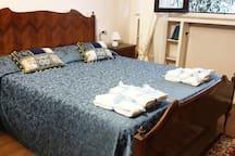 Prima camera matrimoniale pronta per gli ospiti