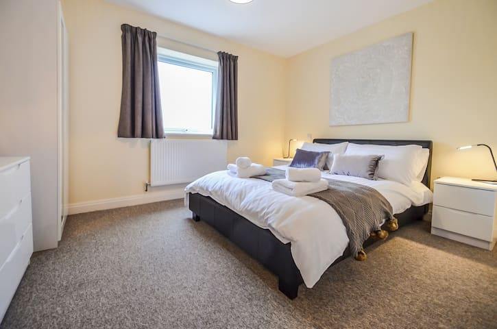 The Grove - Modern 2 bed with Wi-Fi, appliances & gated parking