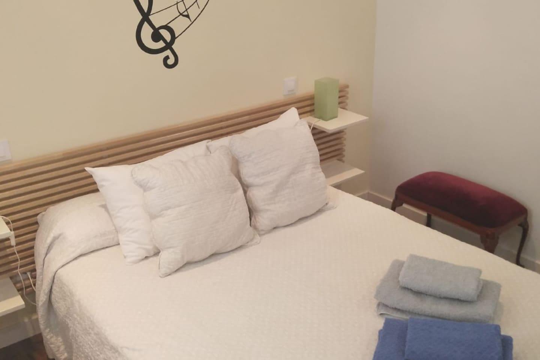 Habitación con cama de 135 cms.