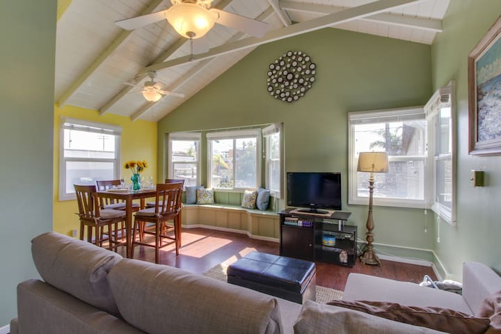 Festive, dog-friendly condo just steps from Moonlight Beach