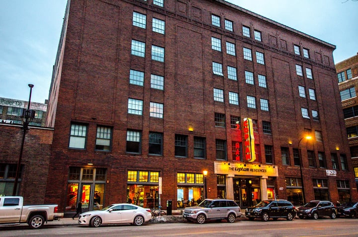 Posh 2 BR Apartment in the Heart of The North Loop