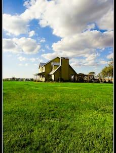 Inn at Wind Hill Ranch - Godley - Vendégház