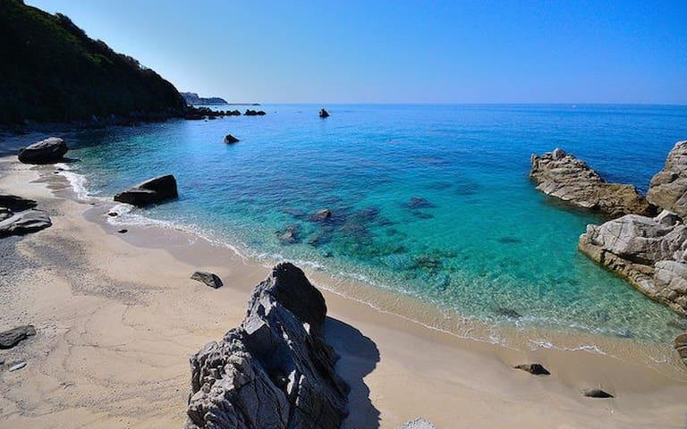 Di giorno quest'incantevole spiaggia offre un mare verde e cristallino, tutto questo a meno di 10 minuti da casa