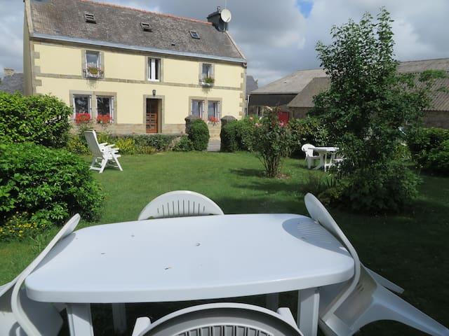 Maison bretonne en campagne près de Quimper - Quéménéven - Gjestehus