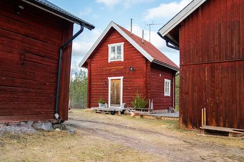 Timmerstuga på Lärfarsgården, sjö-/naturnära idyll