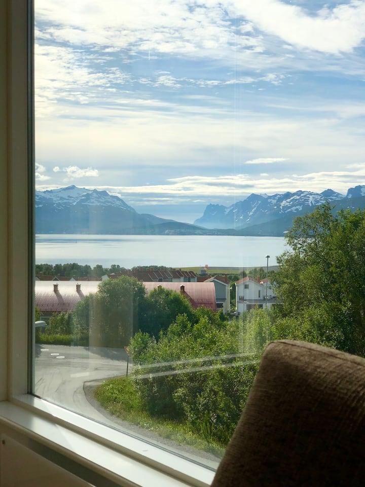 Moderne leilighet med stor stue og vakker utsikt!