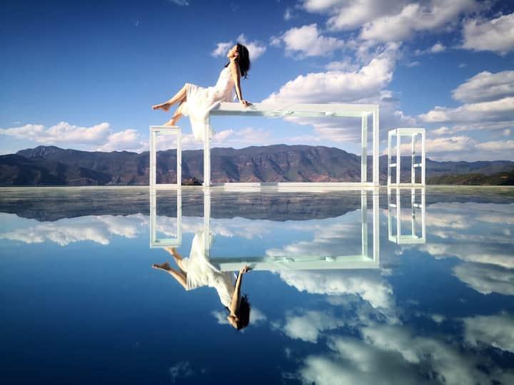 泸沽湖大落水村、天空之镜网红打卡地、靠湖民宿庭院景大床