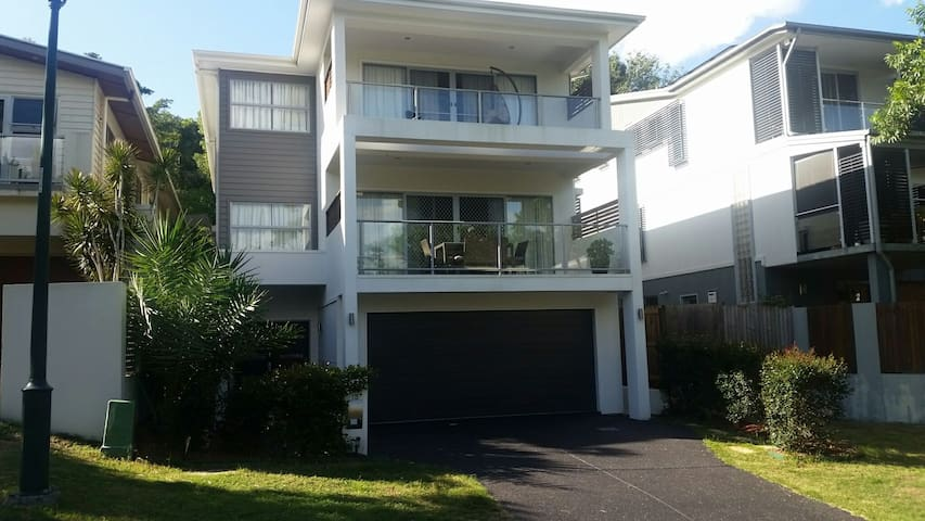 Large room in contemporary house - Highgate Hill - 獨棟