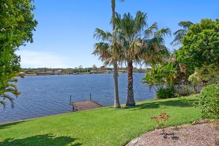 Gold Coast Palm Bch Burleigh Villa saltwater lake - Elanora - บ้าน