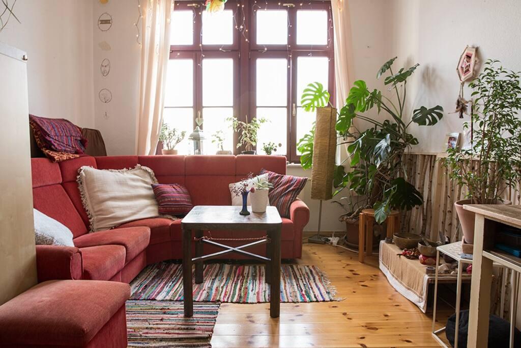 Wohnzimmer mit Schreibtischplatz und Matratze für 3. Person