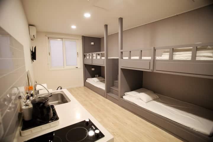 낭만 포차 밤바다 인근 깨끗한 숙소 (계단식 이층침대방)