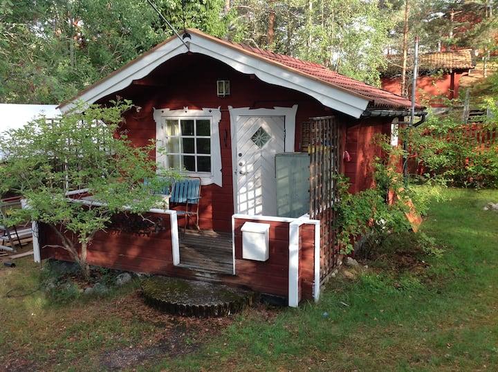 Liten stuga nära skog och hav på Ingarö