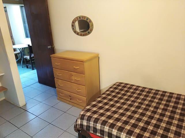 Habitación privada amplia, cama personal grande.