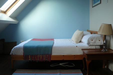 Spacious en suite attic room - Leicester - Huis
