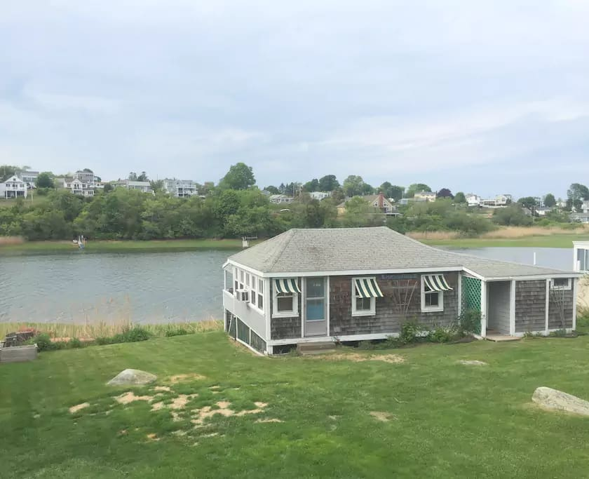 The cottage is just on the water, where you can enjoy a cool breeze and aquatic life.