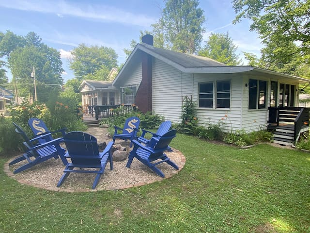 Cute & Cozy Conneaut Lake Cottage