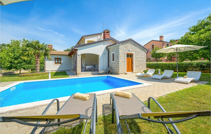 Nice home in Kmacici with Outdoor swimming pool, WiFi and 3 Bedrooms