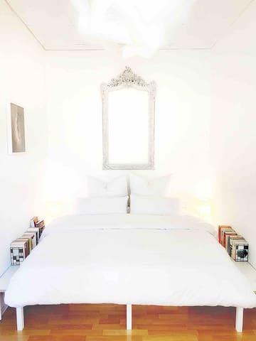 großes Doppelbett in einem separaten Schlafzimmer