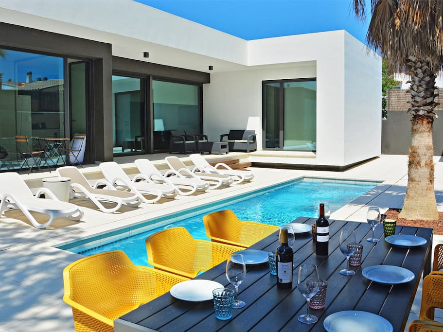 Blanca moderna villa con piscina y jard n privada for Suite con piscina privada madrid