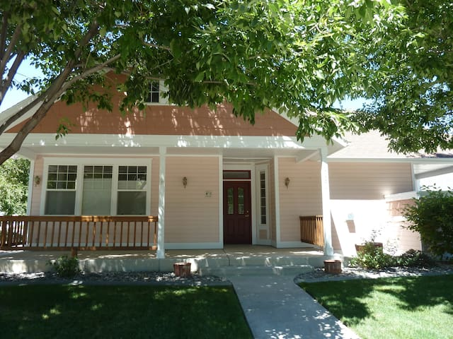 Upscale Townhome 5 minutes from Downtown Fruita - Fruita - Stadswoning