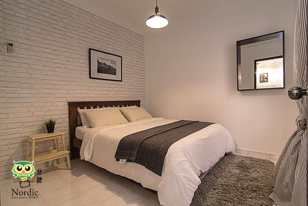 Bedroom 2 , come with queen bed size and a single pull out bed.