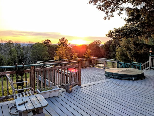 Great Mountain Retreat with View + Hot Tub