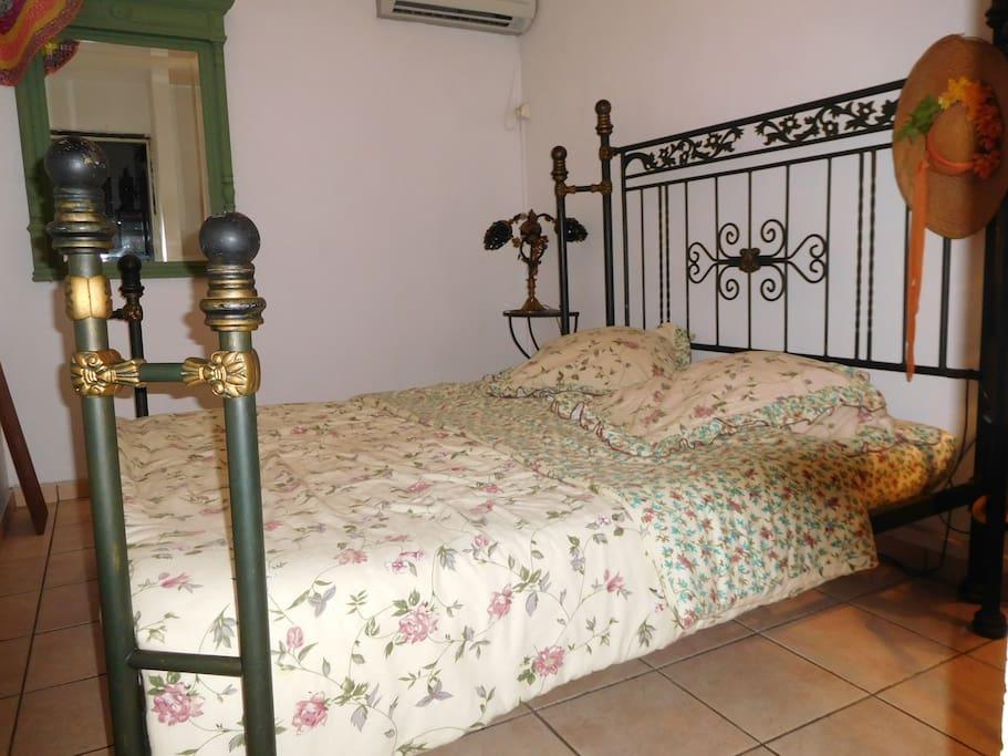 La chambre et son lit spacieux