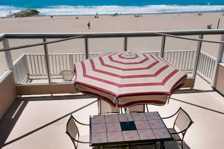 Spectacular oceanfront upper unit with amazing views from awesome roof top deck! - Newport Beach - Wohnung