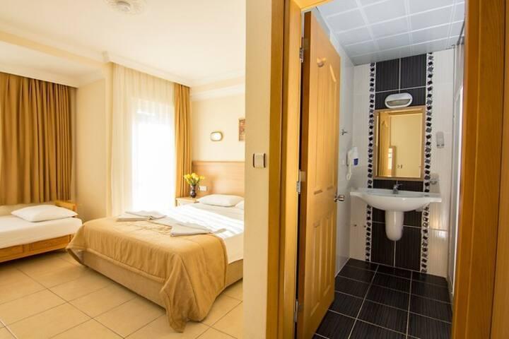 KARBEL SUN HOTEL DELUXE TRIPLE ROOM B&B