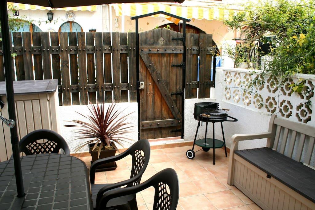 Terraza principal completa, con barbacoa y demás complementos