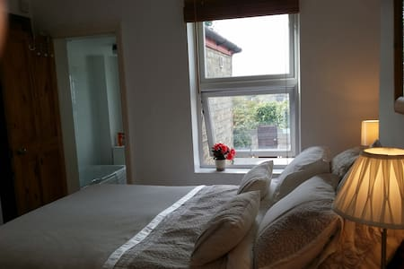 Double room & private bathroom in Victorian house - Cambridge - Dom
