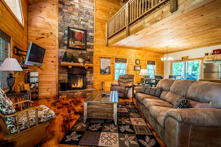 Sunrise Summit | Secluded Luxury Cabin | Mountain View | Hot Tub Overlooking View | Pet Friendly | 6 Miles from Helen, GA