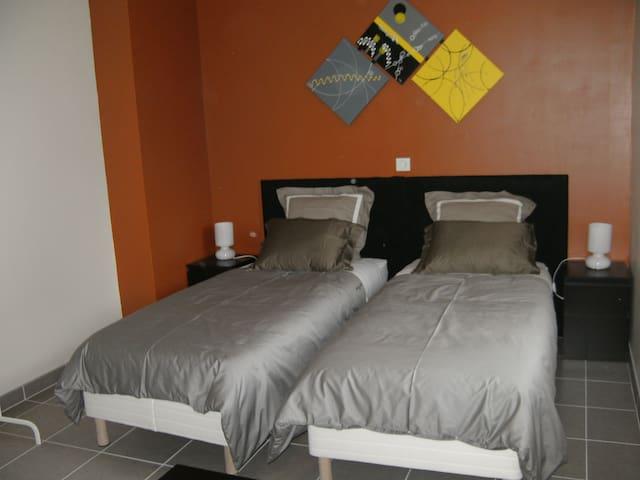 chambre orange à L ETOILE DE LA FONTCHEVRIERE - Neuvy-Saint-Sépulchre
