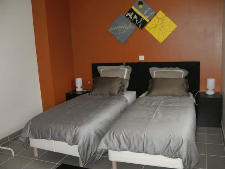 chambre orange à L ETOILE DE LA FONTCHEVRIERE