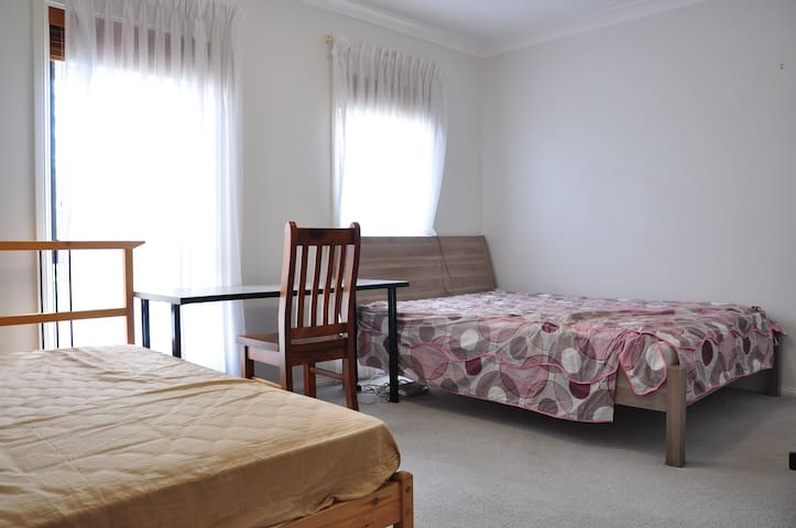 2 beds + bath, pool & BBQ, 35min bus to city - Baulkham Hills