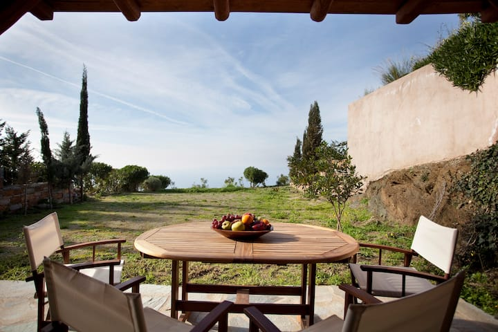 Lovebirds Nest-A petite lodge with garden&sea view