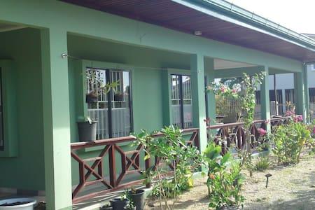 Oso Ronald - Surinaams appartement - Paramaribo