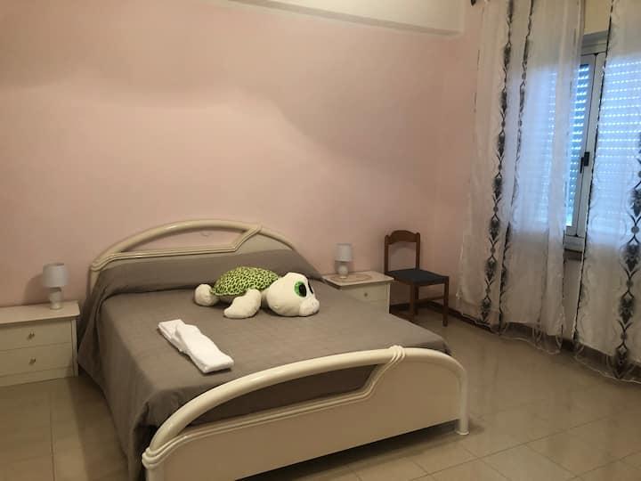 Spaziosa stanza privata con uso cucina e bagno