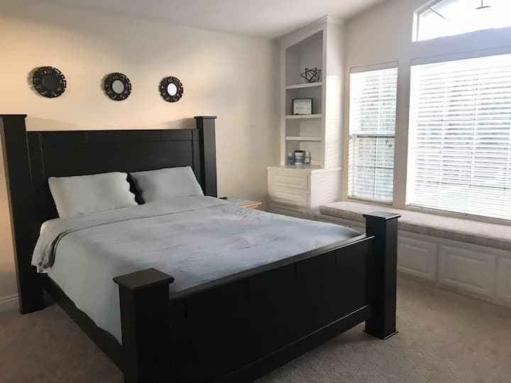 Private Bedroom/Restroom with pool Near CSUB