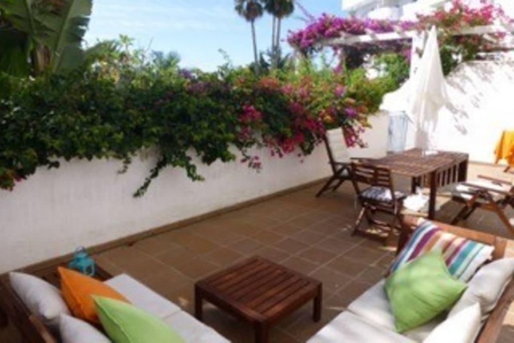 Big private terrace with direct access to common swimming pool.  Amplia Terraza privada que da directo a piscina