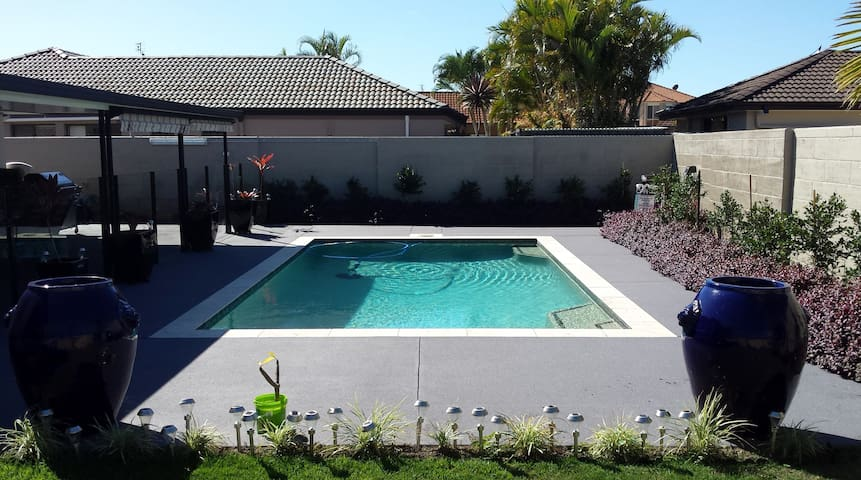 Suljoy Bed & Breakfast - Close to Theme Parks - Helensvale - Bed & Breakfast